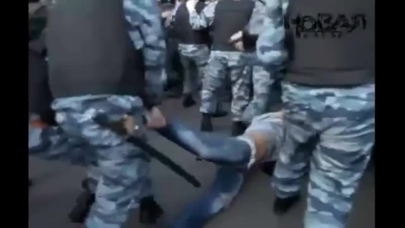 Драка ОМОНа и оппозиции на Болотной площади 6 мая Протестное движе 360 X 640 mp4