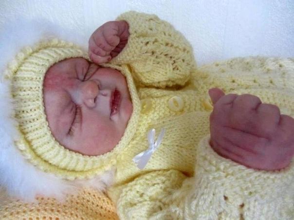 Эта женщина занимается тем, что оживляет мертвых младенцев Она делает реалистичные куклы умерших малышей. Ее услуги пользуются очень большим спросом...Как вы к такому