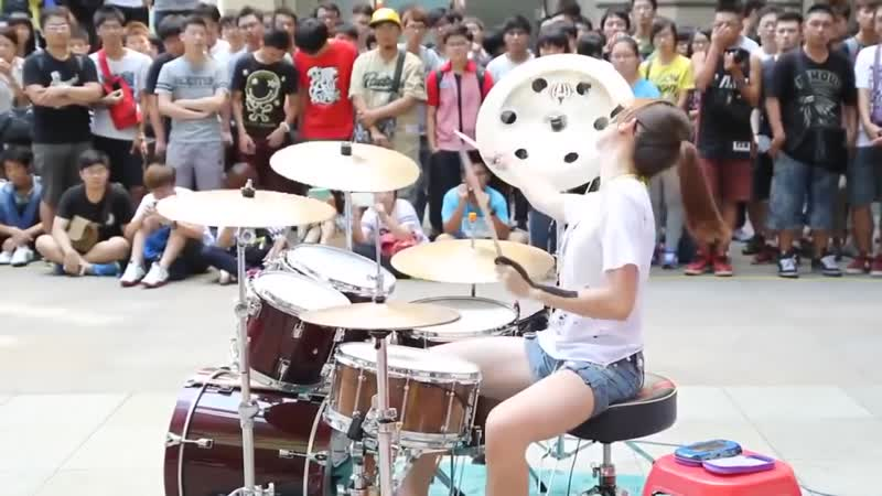 Виртуозная игра юной ударницы барабанщицы