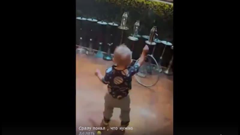Богдаша танцует как Должанский вытянув руку