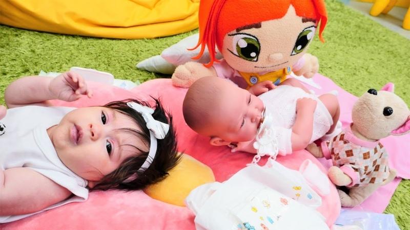 Bebek bakma oyunu. Ayşe Defnenin, Lili de oyuncağın altını değiştiriyor!