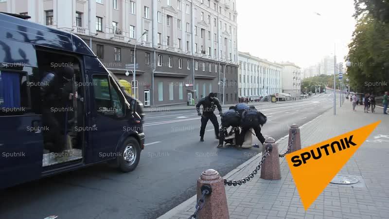 Людей задерживают по всему Минску. Видео с проспекта Независимости.