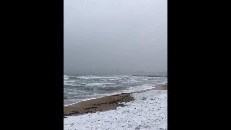 Снег на берегу Чёрного моря Республика Крым 20 декабря 2020