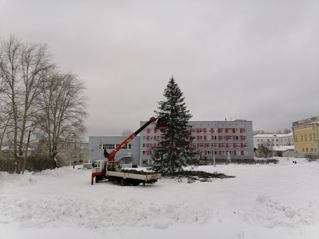 У здании Администрации города, украшают Ёлку!