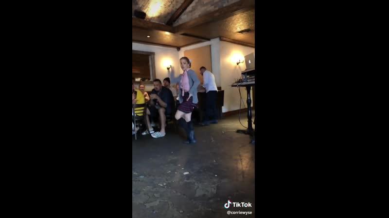 танец в кафе в костюме школьницы😍 #tiktok #girl #cosplay #sexy #тикток #девушка #косплей #секси