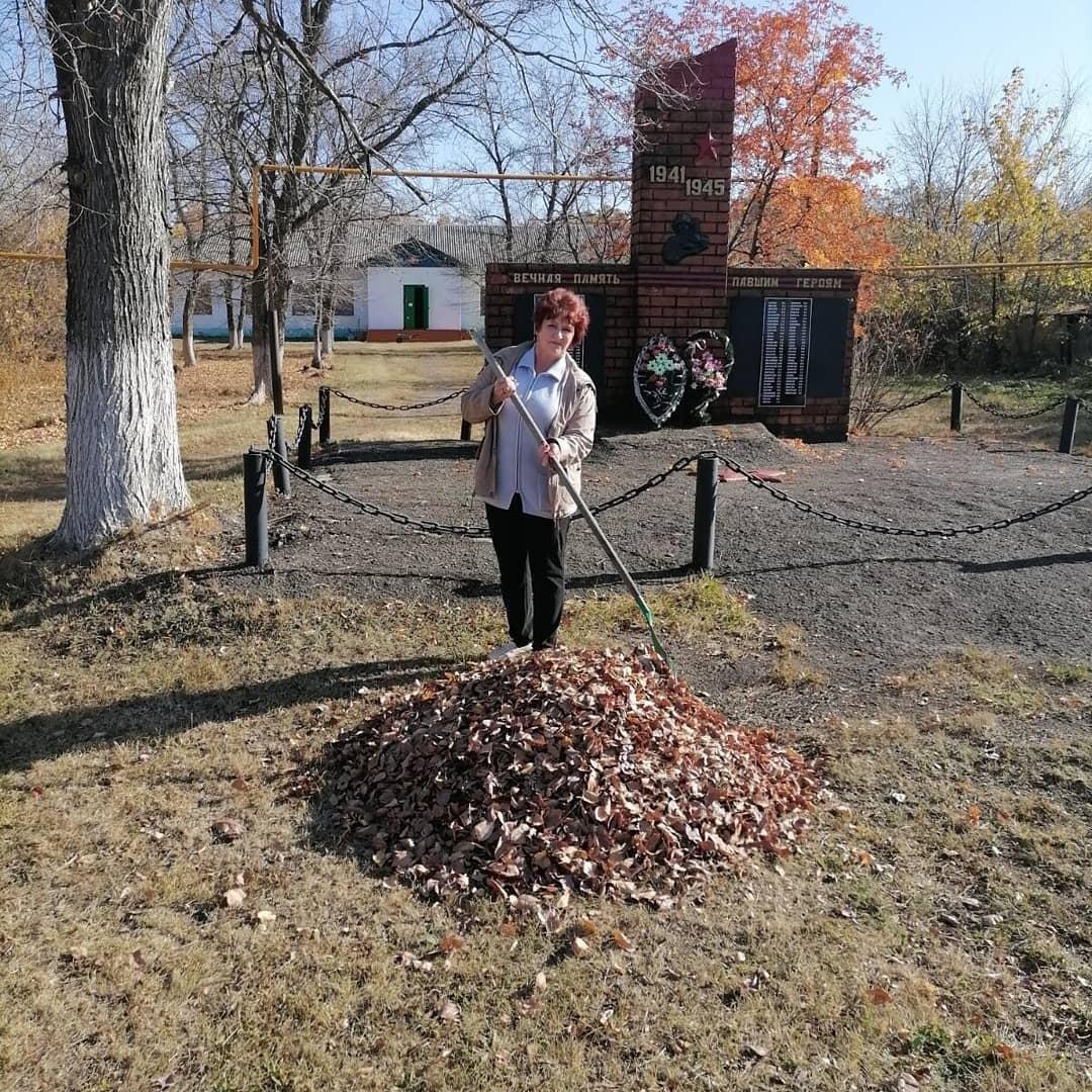 Сотрудники Ножкинского сельского дома культуры в минувшие выходные провели плановую уборку территории