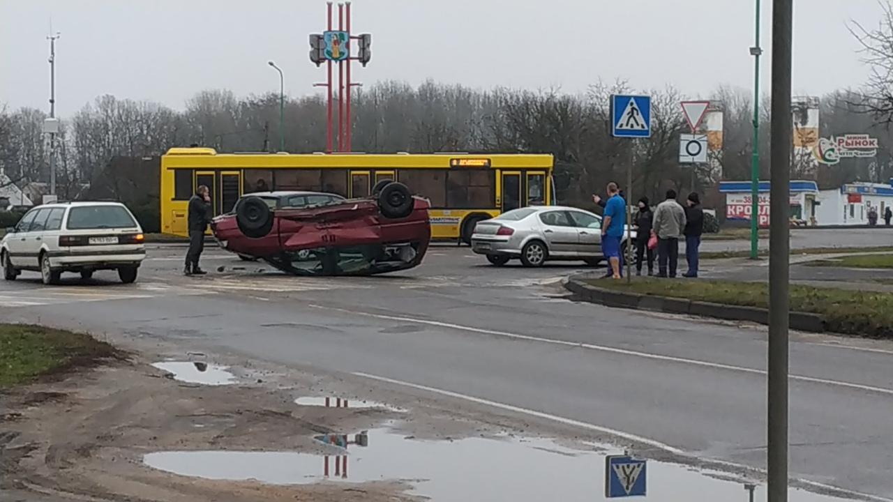 В Пружанах перевернулся автомобиль, а в Галево фура протаранила легковушку