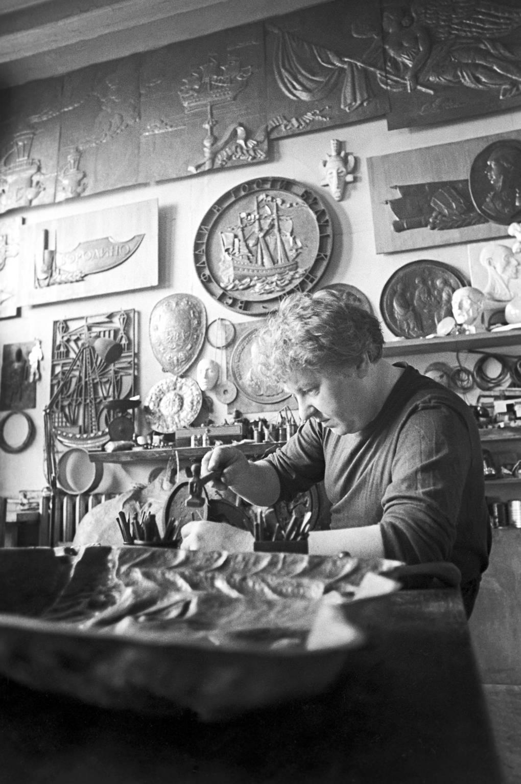Юрий Тюкалов в мастерской, где он работал художником-оформителем, 1977 год Фотохроника ТАСС