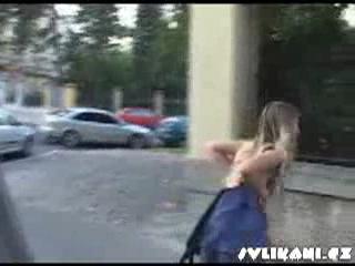 раздевают на улице