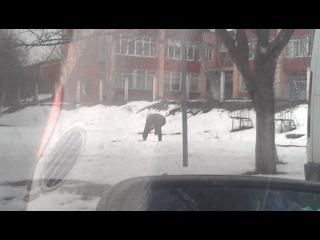 Кам*янчани боряться зі снігом Grandma vs snow