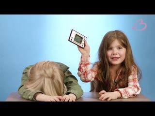 """Дети впервые играют в советскую электронную игру """"Ну, погоди"""""""