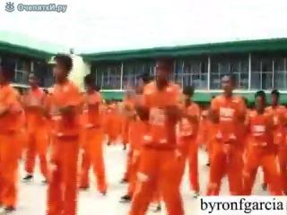 """У нас такого в тюрьмах не встретишь, а тут цивилизация, так сказать, пожалуйста - парни устроили целое танцевальное представление, да ещё и поклонниц собрали кучу, смотреть видео прикол онлайн """"Танцы в заключении""""."""