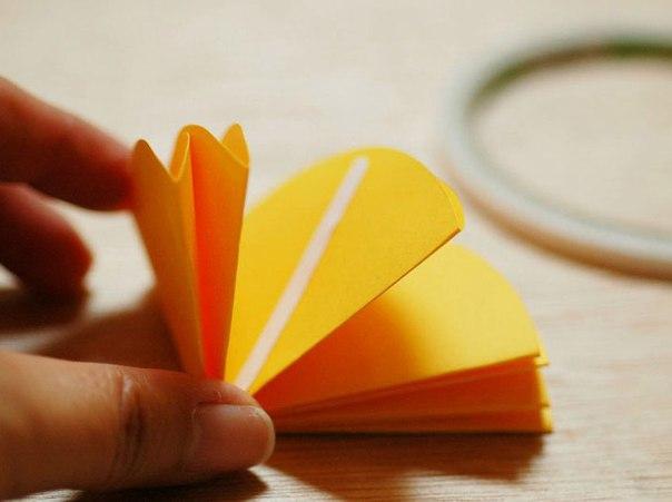 ПОДЕЛКИ ИЗ БУМАГИ. Сегодня мы вам покажем и расскажем, как можно сделать красивые зонтики из бумаги. Эту поделку уместно использовать для оформления интерьера в детской комнате. Чтобы сделать