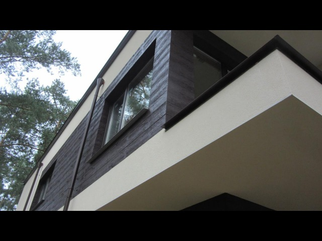 Visage Ceresit имитирует фактуру дерева планкена на газобетонном доме утеплённым пенопластом