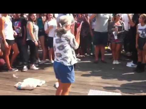 Бабушка танцует брекданс в Нью Йорке