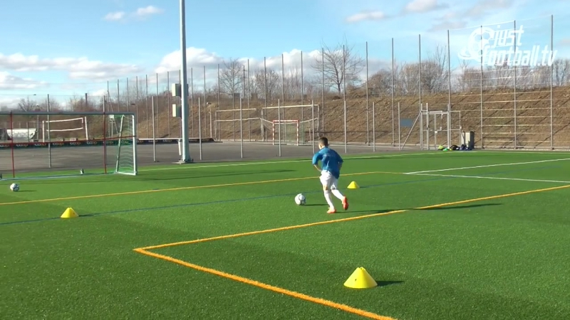 Fussballtraining Ballan und Mitnahme aus der Luft mit Torschuss Ballkontroll