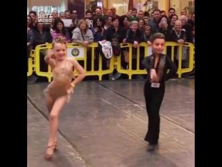 Взрослые танцоры нервно курят в сторонке