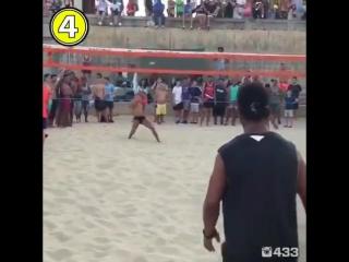 Роналдиньо играет в волейбол ногами