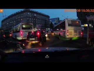 Затор из-за автобусов на площади Калинина