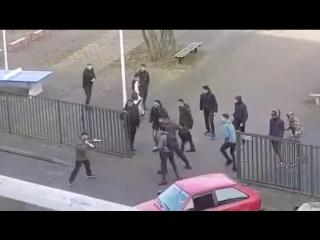 Pays-Bas: Un homme déficient mental armé de deux couteaux s'apprêtaît à planter des lycéens…mais il ne s'attendait pas à ça!