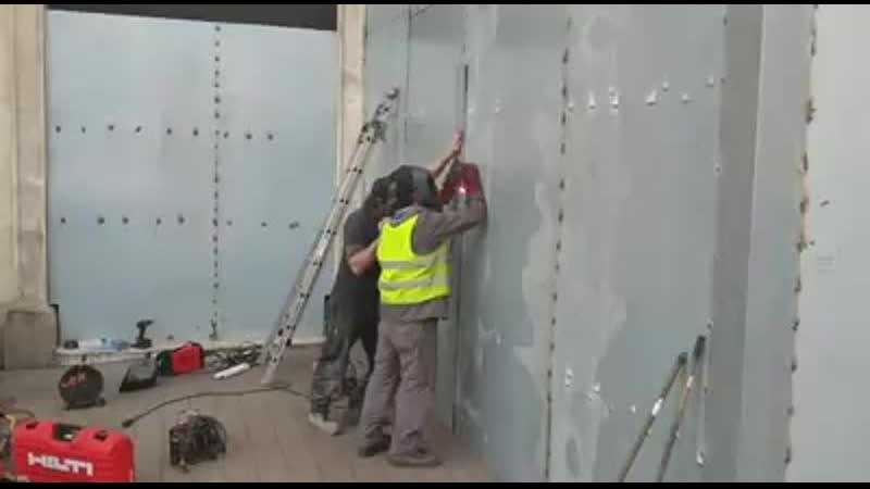 Sarcophage en métal autour du Fouquet s panneau sur les vitrines du magasin Hugo Boss et de la
