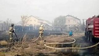 Под Оренбургом десятки спасателей итехника борются согнем, который угрожает жилым домам. Новости.