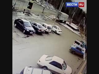 В Иркутске манипулятор  проломил стену супермаркета и въехал в торговый зал.