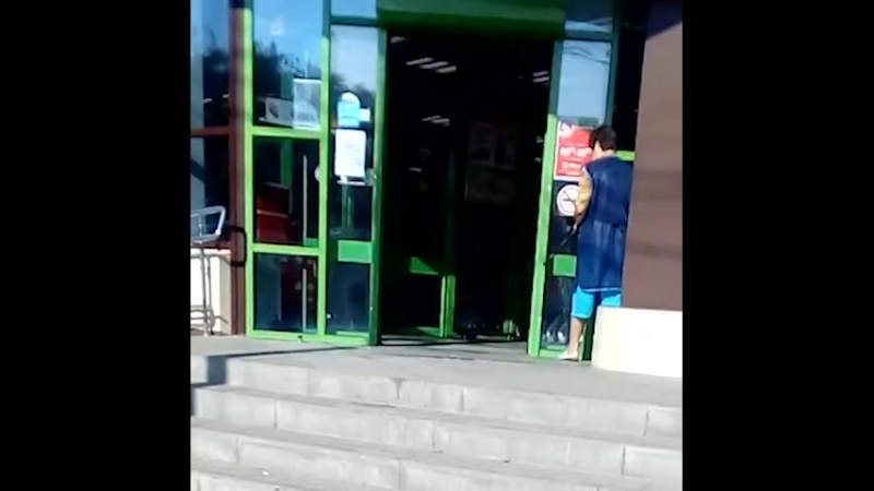 Дверь троллит уборщицу