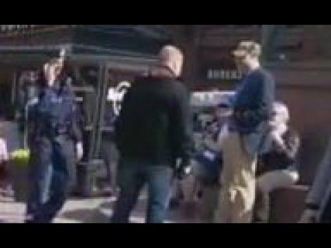 Tilanne jossa Marco saa nyrkistä Kolmen seppän patsaalla Helsingissä