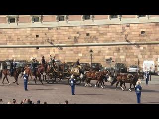 Король Швеции Карл XVI Густав и Королева Сильвия отправляются в риксдаг