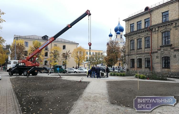 Памятник Пушкину устанавливают в скверике на Мицкевича