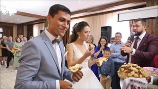 Ведущий на свадьбу вывалил тонну юмора на молодожёнов при встрече в ресторане! Гости упали со смеху!