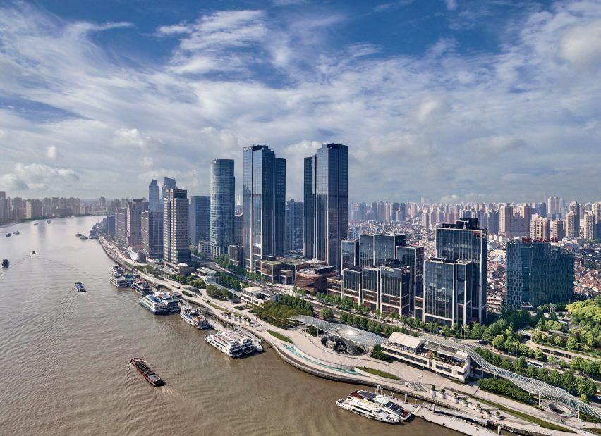 Foster Partners и Heatherwick Studio объединились, чтобы спроектировать пару 180-метровых небоскребов, которые стоят на пересечении старого города Шанхая и нового финансового района - финансового центра Bund .