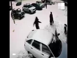 В лысьве машина без водителя въехала в магазин