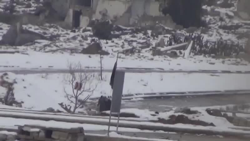 Сирия Зима 2014 Восточная Гута Ранение бойца САА снайпером боевиков последующая эвакуация под прикрытием БМП 2 смотреть онлайн без регистрации