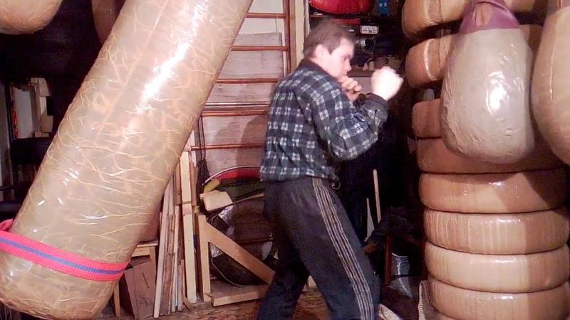 Макс Варвар Финт рукой вверх и прямой удар ногой в пах Отработка на груше