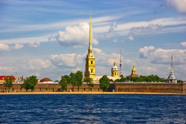 Петербургская красота Синь небесная взирает с высоты на истоки петербургского величья.В них заманчивая прелесть красоты и нетленная культурная столичность.В них история прибилась к берегам и