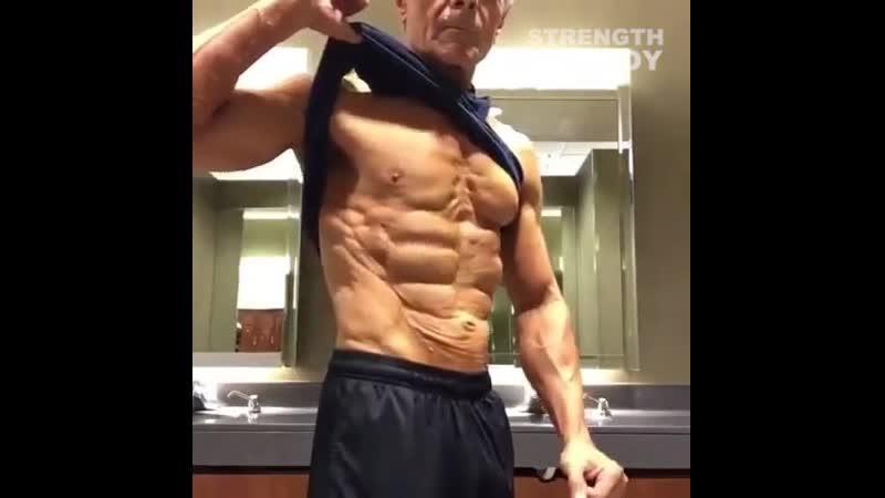 68 летний дедушка с хорошей формой
