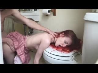ебет юную шалаву в туалете пока родителей нет рядом / (перископ большой член хуй порно эротика давалка секс)