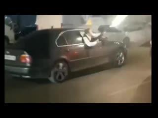 В центре перми мужчина из автомобиля открыл стрельбу из автомата