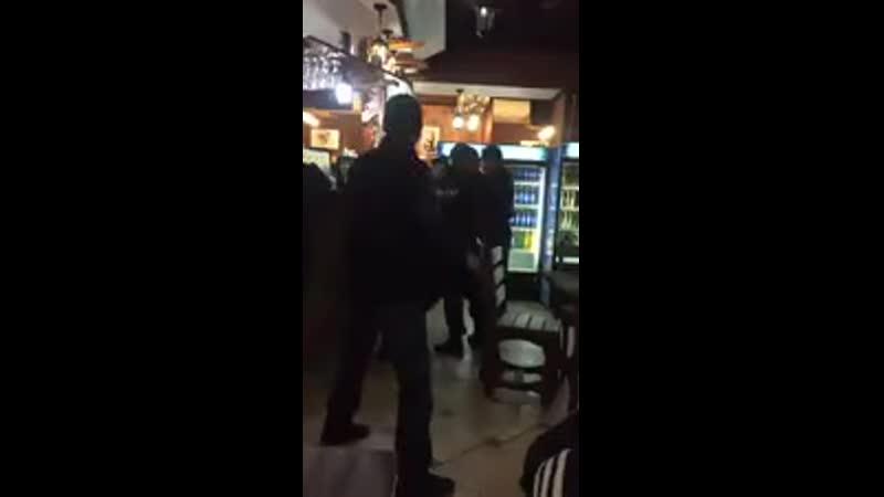 ¿Qué diferencia a un policía ruso ejerciendo de hombre de un agente español atado de pies y manos por el buenismo progre Pasen y