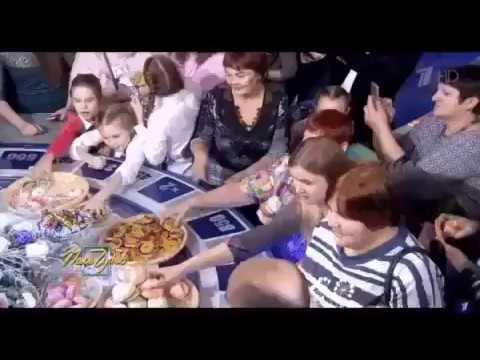 Зрители собирают еду на Поле чудес Давка массовки из за бесплатной еды на барабане