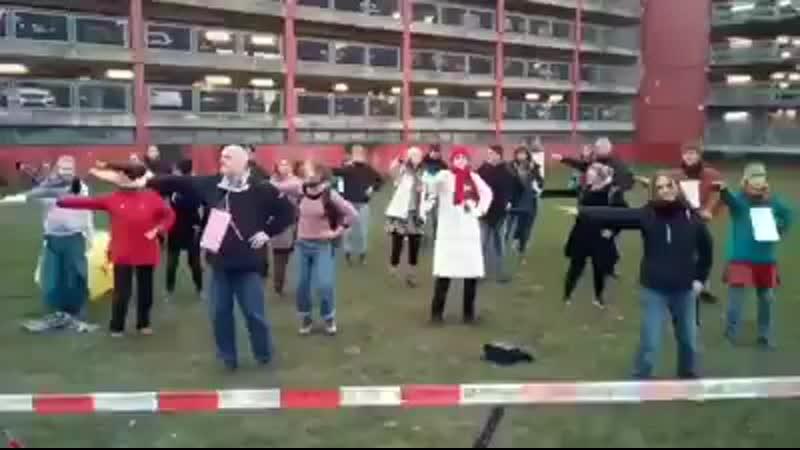 - Gymnastik gegen den Klimawandel__man_dancing__rolling_on_the_floor_laughing_ -_ Vor dem Düsseldorfer Landtag hat sich ( Sourc