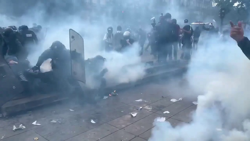 Charge des forces de l'ordre est violemment repoussée par des black blocs sur Paris 🔥⚡⚡🔥