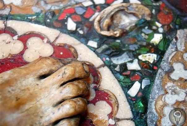 Стол сделанный из мозгов, печеней, ушей, легких, крови, желчи и одной правой стопы