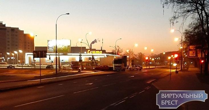 На перекрёстке Сябровская-Рябиновая фура наехала на легковушку. Это второе ДТП за 12 часов