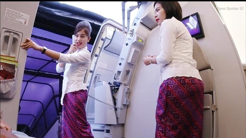 Pramugari Cantik Batik Air Saat Menutup Pintu Pesawat Airbus A330 300 Rute Jakarta Medan
