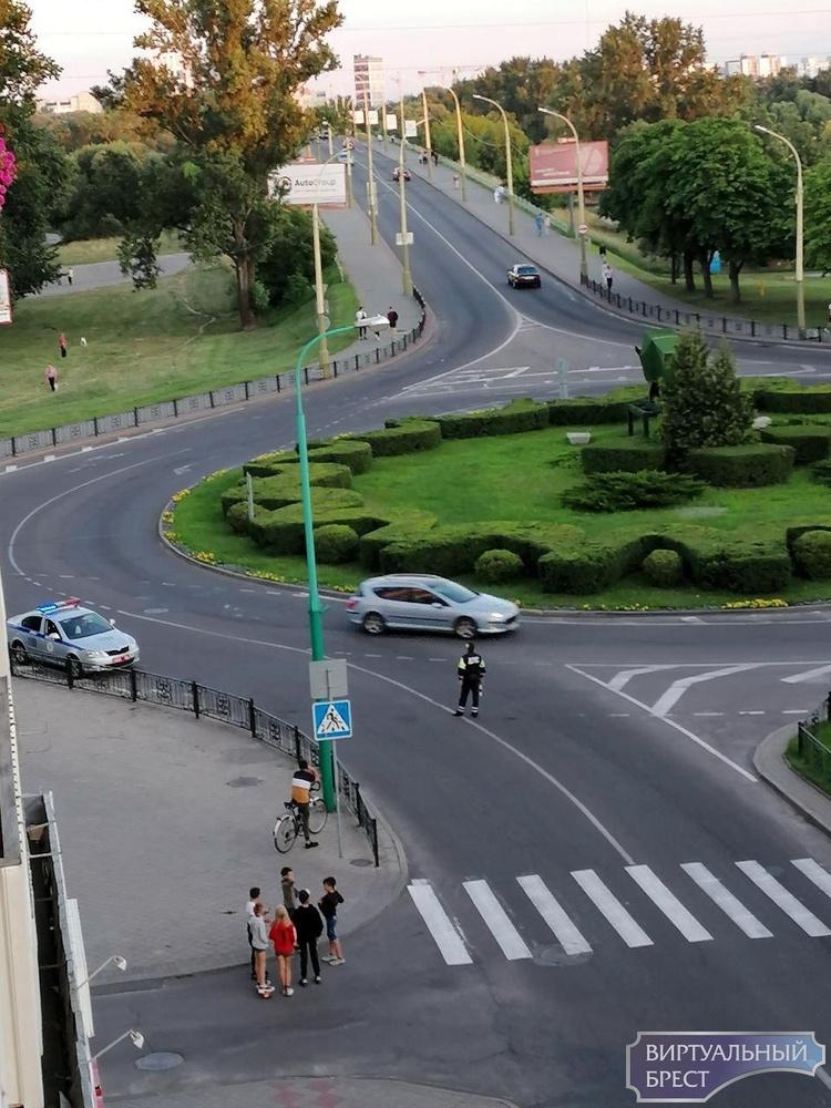 Перекрыто всё в центре: от Кобринского моста и до Ленина, ОМОН рандомно забирает людей
