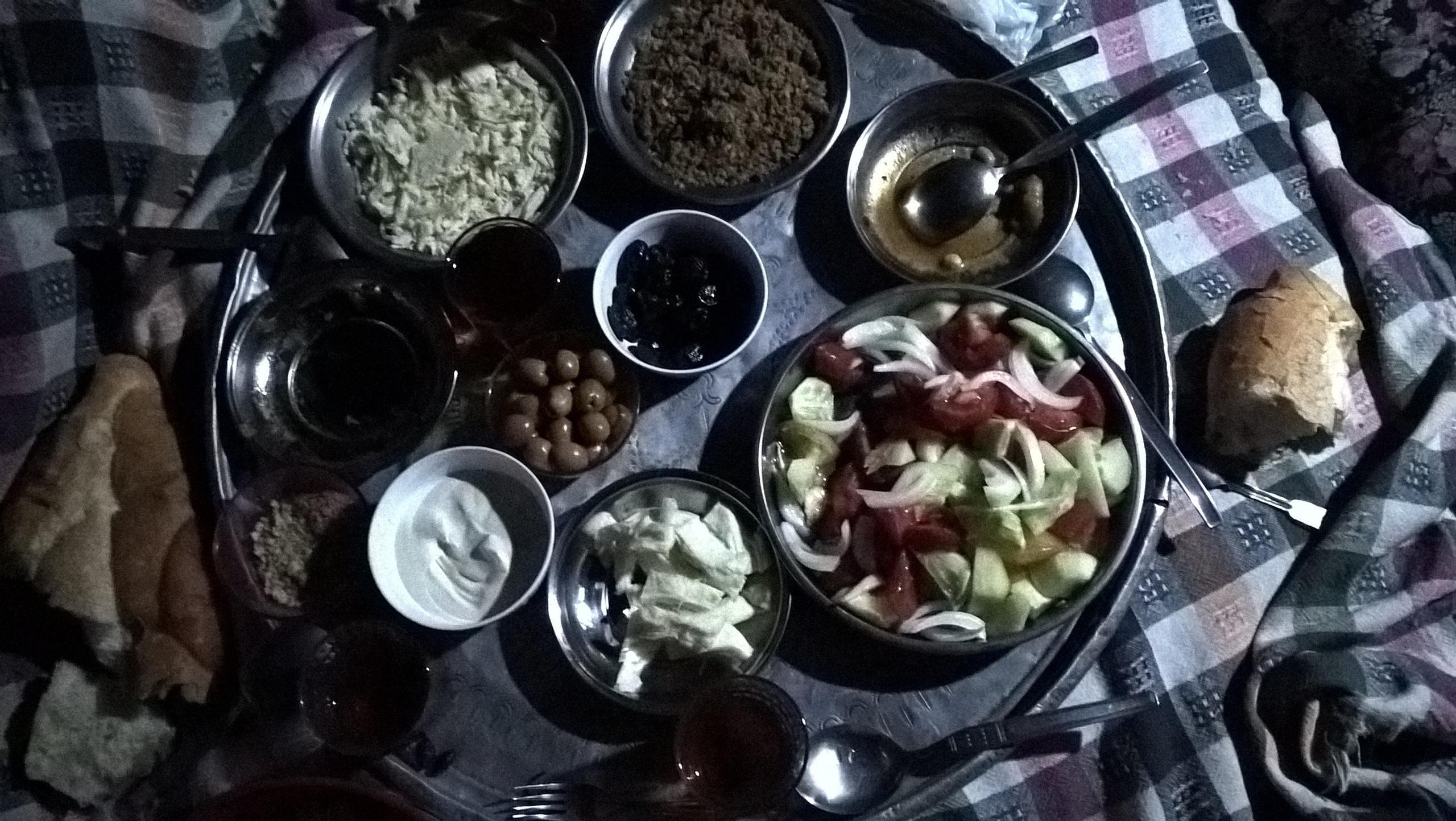 набор из разных блюд в горах Турции