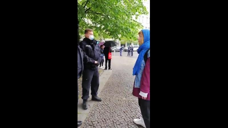 Androhung der Festnahme weil Frau Grundgesetz in der Hand hält Wann steigst du aus